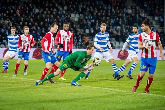 FC Oss-doelman Xavier Mous voorkomt een doelpunt van De Graafschap.