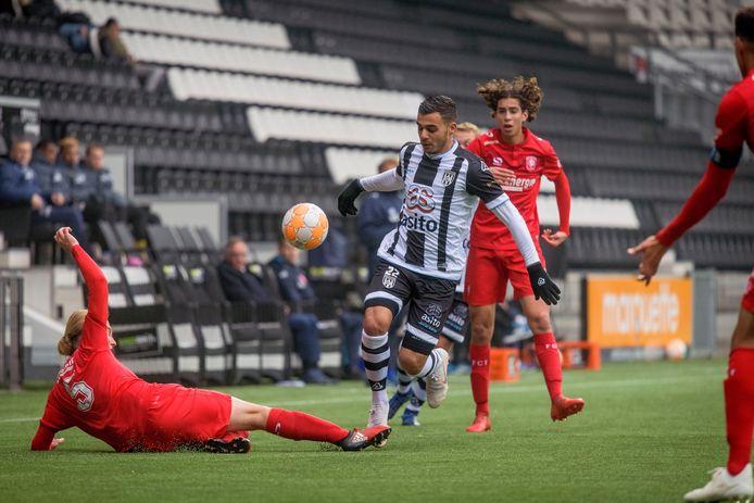 Ook als de competitie voor spelers onder 21 er komt, willen FC Twente en Heracles de beloftencompetitie op maandag in stand houden. Deze foto is gemaakt bij de laatste derby tussen de tweede teams.