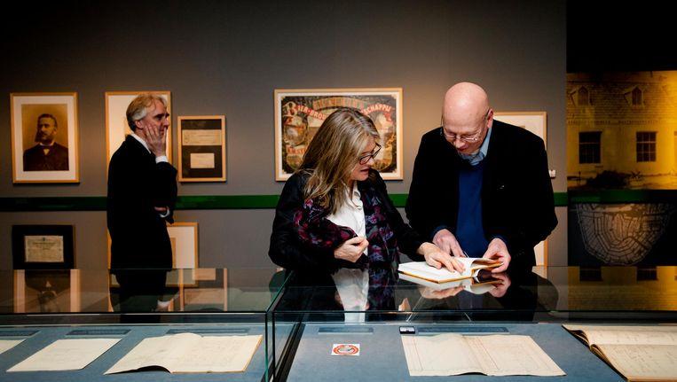 Bestuursvoorzitter Charlene de Carvalho van Heineken bekijkt in het Stadsarchief een tentoonstelling over Gerard Heineken in 2014 Beeld ANP