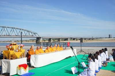 Waalkade kleurt oranje bij boeddhistische ceremonie met Maas en Waalse monniken