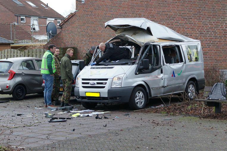 De Explosieven Opruimingsdienst Defensie (EOD) doet onderzoek aan de bestelbus die in Lichtenvoorde werd opgeblazen. Beeld ANP