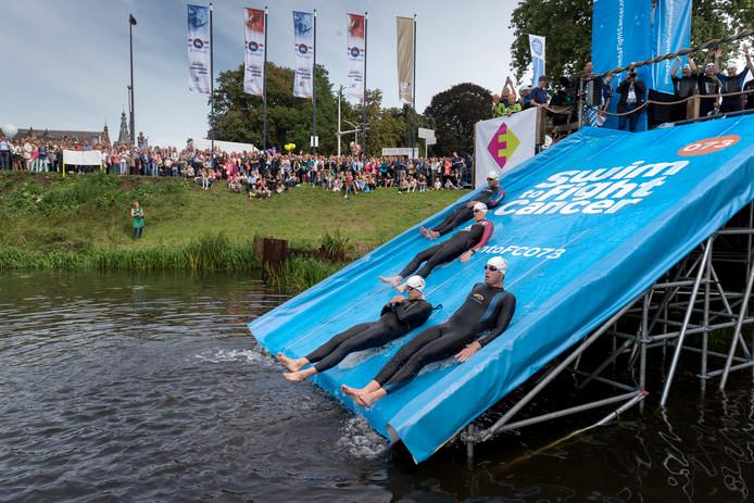 Start van Swim to Fight Cancer aan de Grote Hekel.
