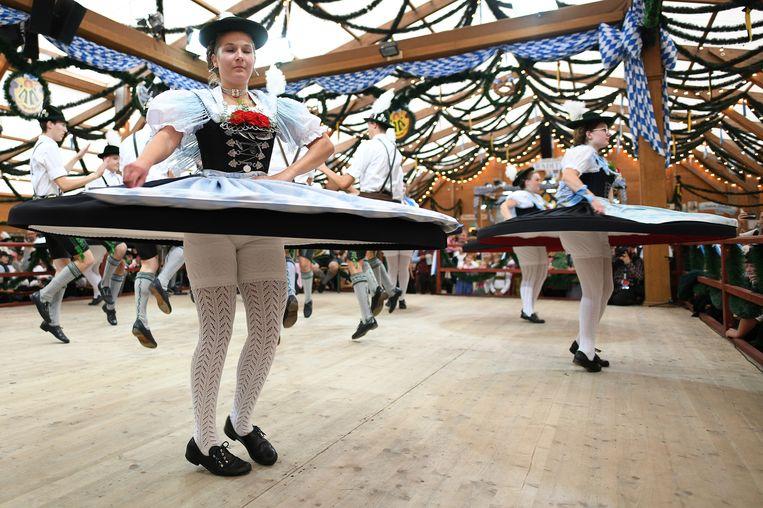 Het is al voor de 186ste maal dat het Oktoberfest in München wordt gehouden. Op de Theresienweide in de Beierse stad staat de 'Tradition' tent, waar aan volksdansen wordt gedaan. Er is ook bier.  Beeld EPA
