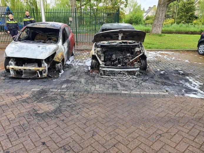 Uitgebrande auto's op de kruising van de Marathonlaan met de Han Hollanderweg in Gouda.