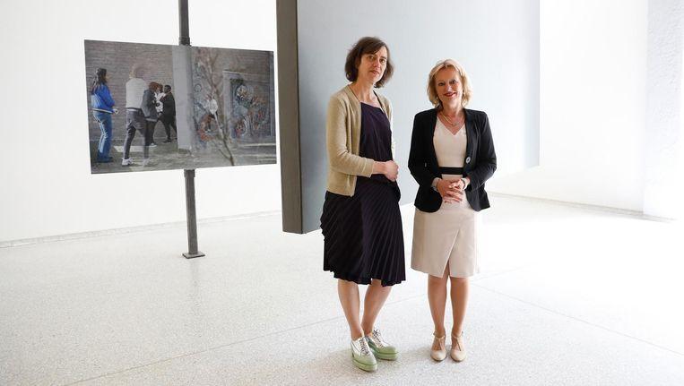 Minister Jet Bussemaker van Onderwijs, Cultuur en Wetenschap (rechts) opent de tentoonstelling Cinema Olanda van beeldend kunstenaar Wendelien van Oldenborgh (links) in het Nederlandse Paviljoen tijdens de Biënnale van Venetië. Beeld anp