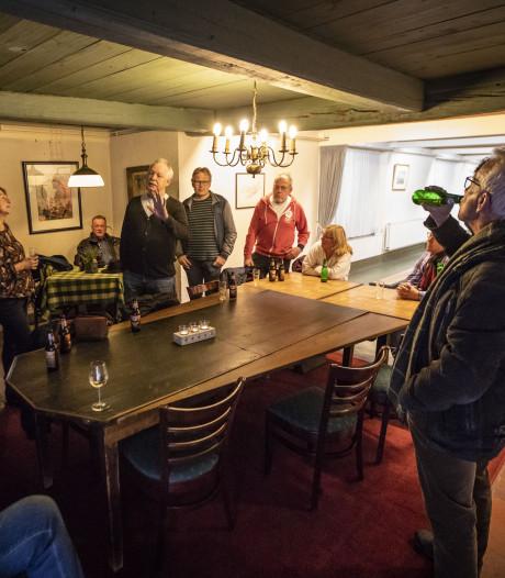 Nieuwe kroegentocht in Oldenzaal ook nog leerzaam: 'Drie bier voor een gulden'