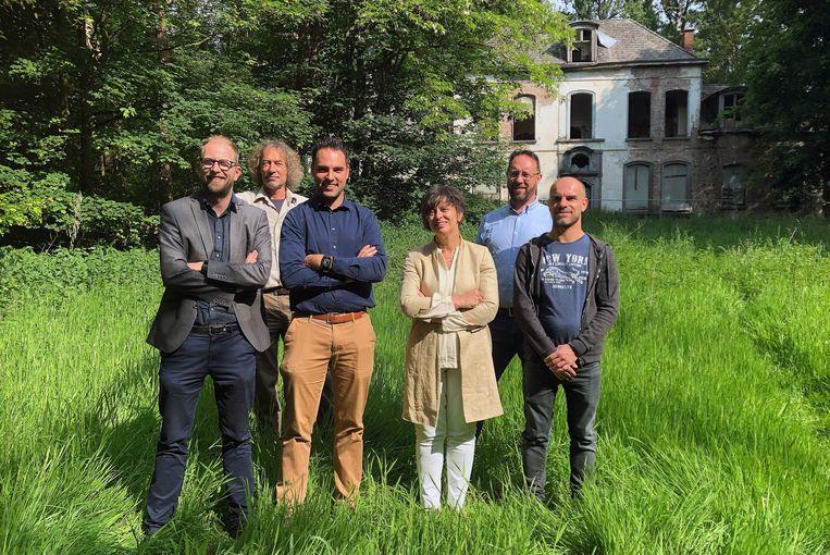 Vertegenwoordigers van Kempens Landschap, Natuur en Bos en de gemeente Vosselaar zijn blij met de erfgoedpremie voor de restauratie van Het Hof.