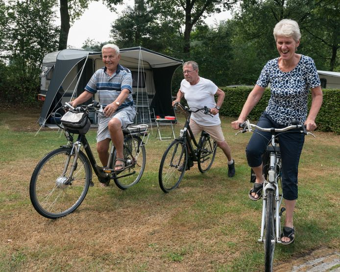 Van links naar rechts: Henk, Dries en Wilma, die op camping De Schaapskooi in Drunen verblijven.