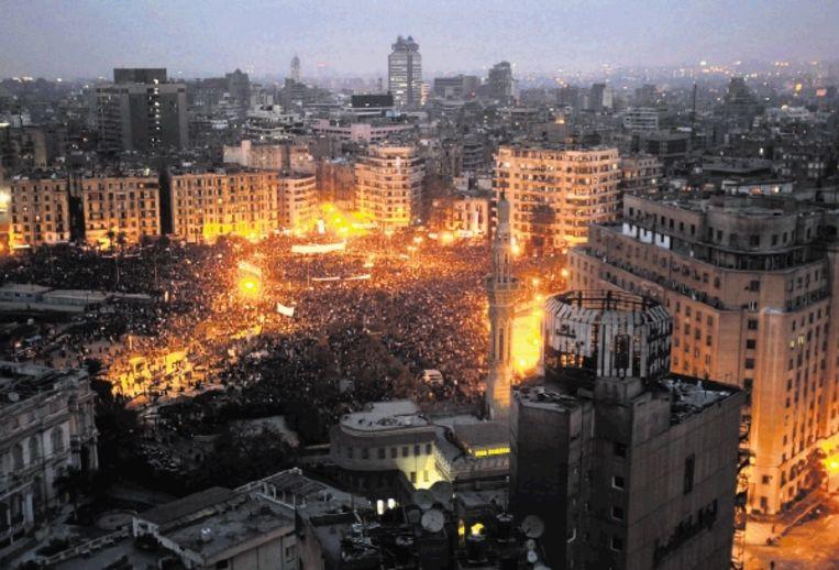 De demonstranten op het Tahrir-plein in Caïro onderbraken gisteren hun protest voor het gebed. (FOTO AP ) Beeld EPA