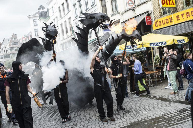 De cultuurmarkt richtte zich dit jaar meer op kinderen. Heel populair was de vuurspuwende, driekoppige draak van het Mechelse figurentheater De Maan.