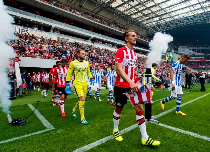 De speler betreden het veld tijdens de Lichtstadderby van vorig jaar.