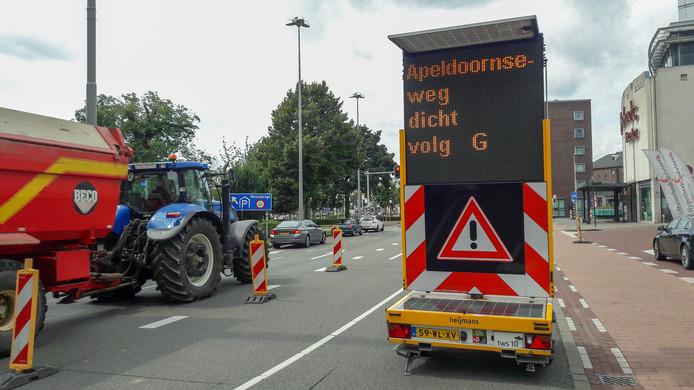 Verkeer op de Centrumring wordt op het Velperplein gewaarschuwd voor de afsluiting van de Apeldoornseweg in Arnhem.