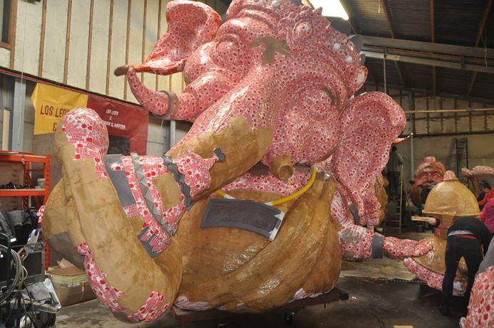 CV De Leo's is weer bezig met de creatie van een indrukwekkende carnavalswagen.