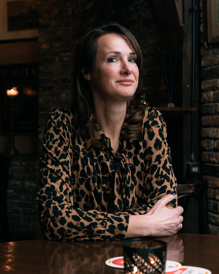 Uitbater van Café Schreierstoren, het voormalige VOC-café, Amber Wolffenbuttel:  'Wij wilden gewoon verder. Een naam mag daarvoor geen obstakel zijn.' Beeld Rebecca Fertinel