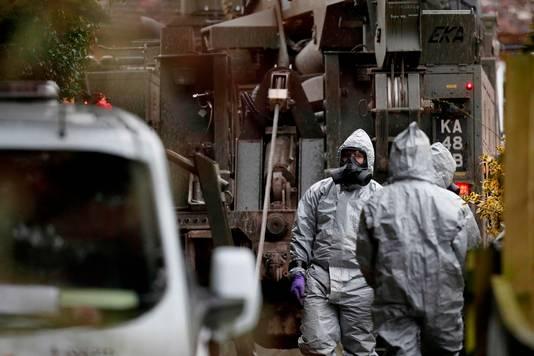 Britse militairen doen in Salisbury onderzoek in beschermende kleding.