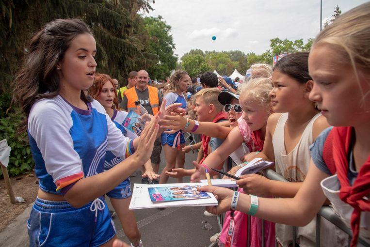 De meisjes van K3 groeten hun enthousiaste fans.