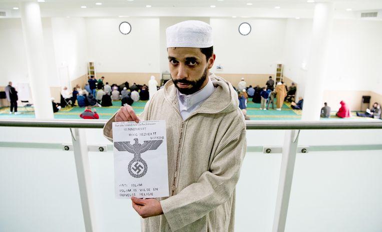 Imam Azzedine Karrat van de Essalam Moskee toont de recent ontvangen dreigbrief. Beeld anp