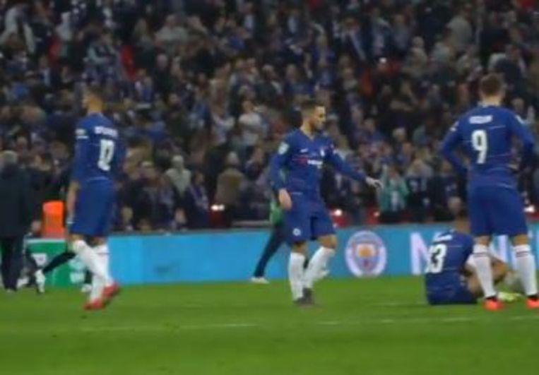 Hazard ging even langs bij al zijn ploegmaats, óók doelman en antiheld Kepa kreeg een tikje.