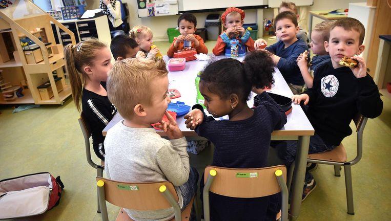 Op basisschool 't Talent in Schijndel hebben ze een continurooster. De kinderen eten hun boterhammetjes op school. Beeld Marcel van den Bergh