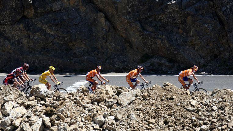 Rasmussen (links, in het geel) en twee Rabobank-ploeggenoten in de Tour van 2007. Beeld AFP