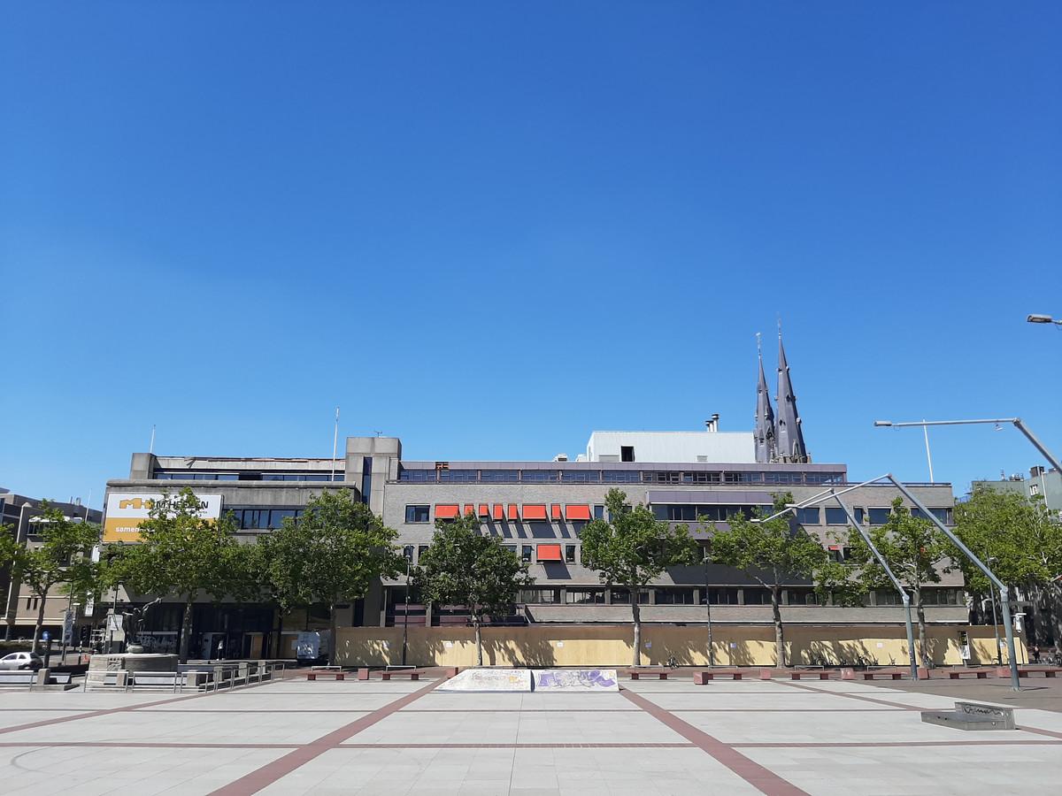 Links de voormalige ABN-Amro, rechts gebouw MO voorheen van de gemeente Eindhoven, op het Stadhuisplein. De sloop daarvan begint.