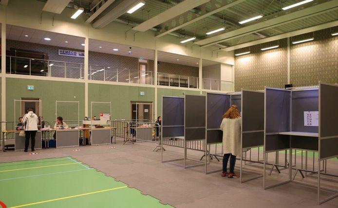 In de sportzaal van HelvoirThuis in Helvoirt zijn bij de herindelingsverkiezingen twee zeer ruime stembureaus ingericht.