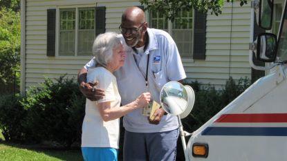 Postbode gaat met pensioen en krijgt op zijn ronde verrassingsfeest van 300 buurtbewoners