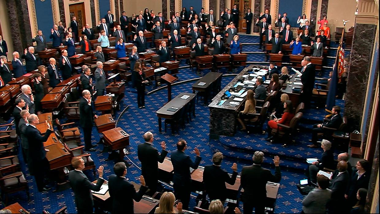 De Senaat wordt ingezworen voorafgaand aan het impeachmentproces tegen president Trump.