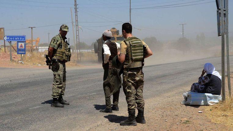 Turkse soldaten bij een checkpoint in Diyarbakir, aan de grens met Syrië. Beeld afp