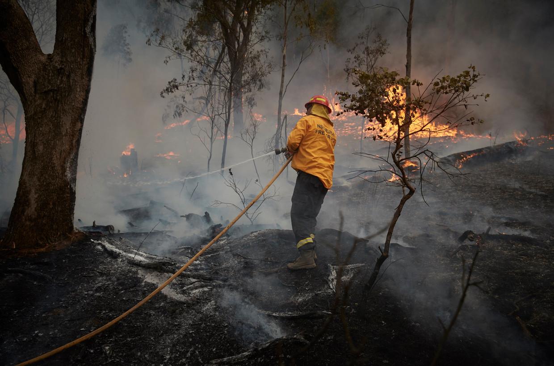 Een brandweerman bestrijdt het vuur in de Zuid-Australische Snowy Mountains.