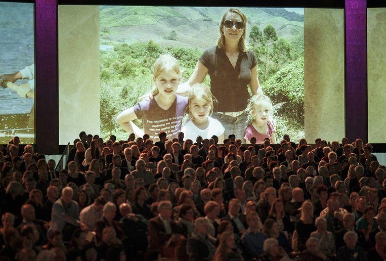 Op schermen in de RAI worden foto's van slachtoffers van de ramp met vlucht MH17 geprojecteerd. Beeld epa