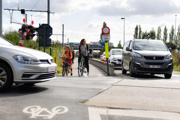 De nieuwe fietsverbinding in de Nieuwe Straat vormt een veiliger alternatief voor fietsers dan het drukke kruispunt aan de Brandstraat (foto).