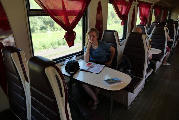 Denise van Dalen in de trein op de trans-Siberische spoorlijn.