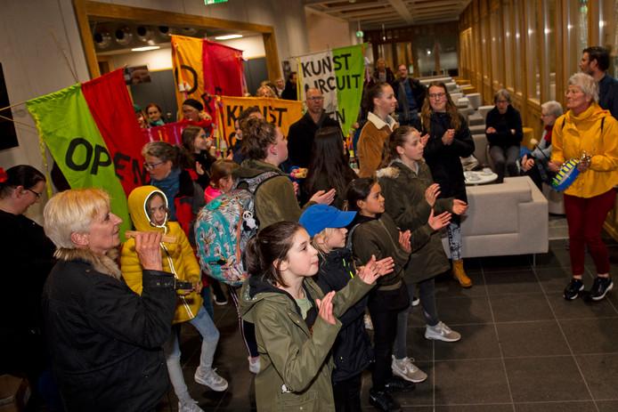 Leerlingen van kunst- en cultuurcentrum het Kunstcircuit protesteerden onlangs op het stadhuis. Het centrum aan de Keizerstraat en het aanbod aan cursussen, bijvoorbeeld theater, muziek en beeldende kunst lijkt na gesprekken tussen de gemeente en het Kunstcircuit overeind te blijven.