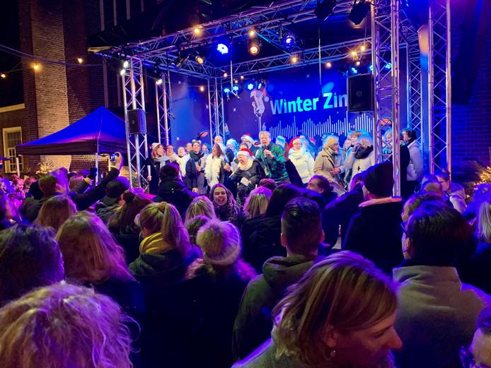 Het is niet zo massaal als de zomerse editie, maar de bezoekers van de winterse Tilburg Zingt maken er zaterdag net zo'n feest van.