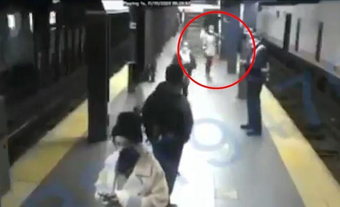 Une femme survit après avoir été poussée sous une rame de métro à New York.