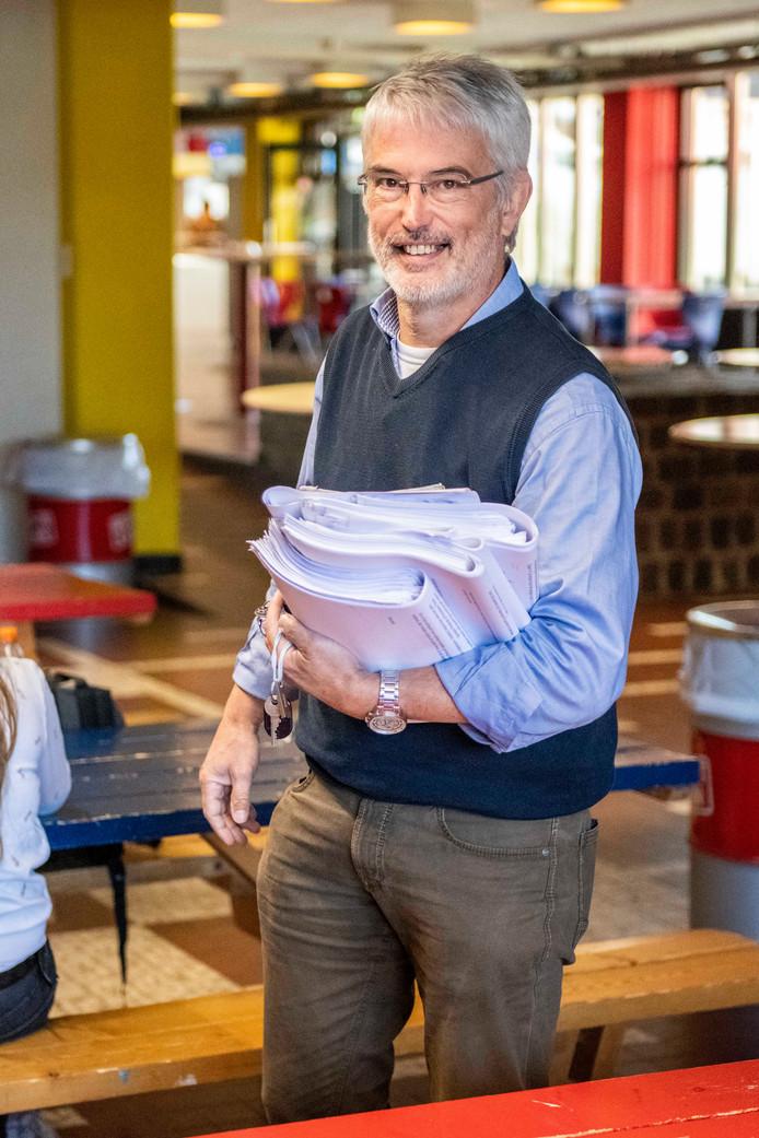 Tonny Maenhout is docent natuurkunde en  surveilleert al jaren bij de eindexamens op het Lodewijk College.