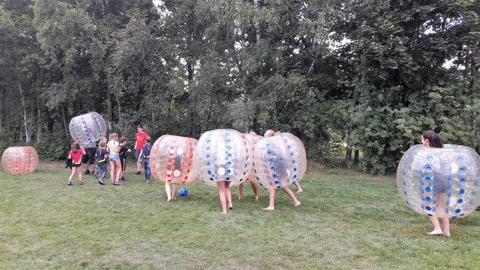 De scouts van Martin Luther King uit Kaatsheuvel vermaken zich wel op hun zomerkamp in Westelbeers.