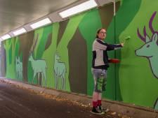 Marijn van de Visser vrolijkt fietstunnel in Putten op met herten en bomen