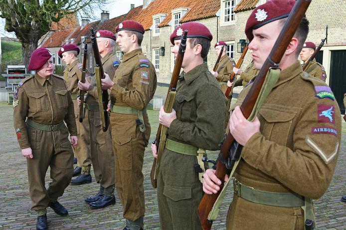 De mannen van War Department in het gelid. Links, voor de mannen, Floris Baars, rechts Kevin van Leeuwen.