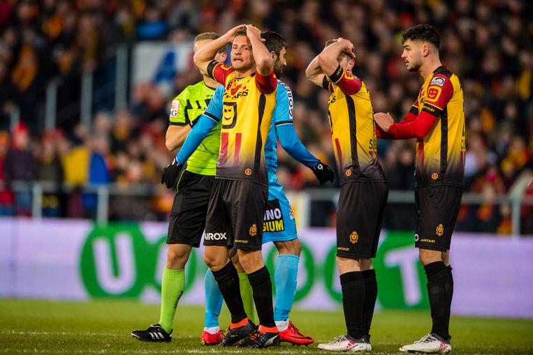 Mats Rits (links) grijpt zich naar de haren. De KVM-middenvelder miste in de slotfase een penalty, die zijn team de zege kostte.