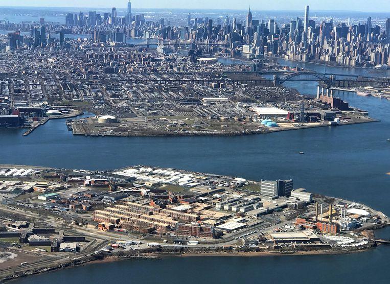 Op de voorgrond Rikers Island met de gevangenissen.