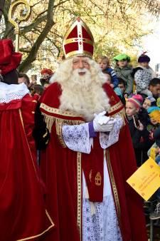 Sinterklaas ondanks aangekondigd protest met een warme knuffel onthaald in Gouda