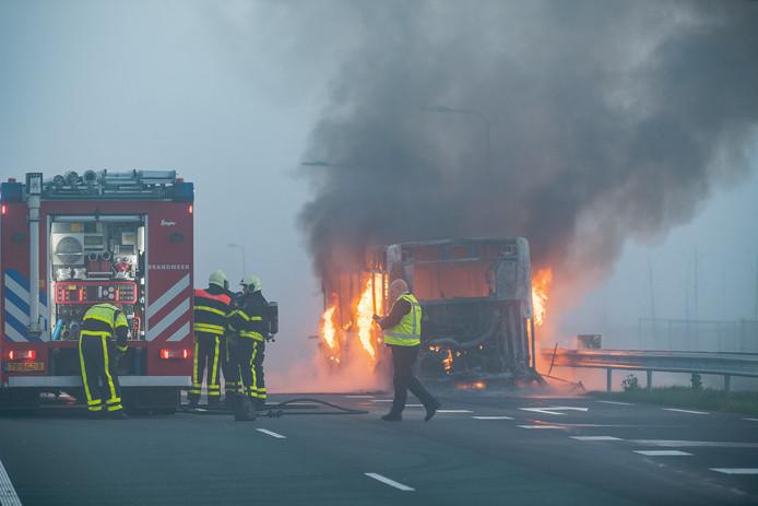 Een stadsbus ging in vlammen op bij Tilburg.