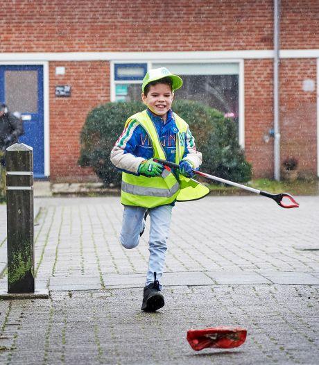 Vinnie (6) maakt van zwerfafval opruimen één groot avontuur: 'Je moet goed kunnen rennen, glijden en klimmen'