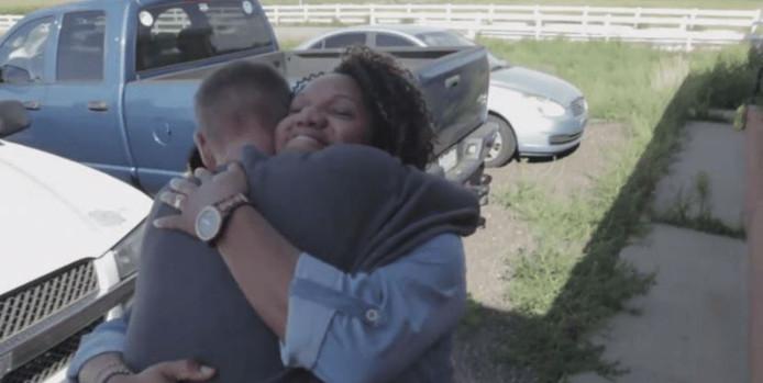Reclasseringsambtenaar Tiffany krijgt een dikke knuffel van Michael. Dankzij haar is Michael uit de extreemrechtse kringen gestapt.