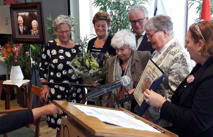 Hélène Petter-Egger (midden) poseert na de uitreiking met de kinderen van Grad en Betje Voets,  die zelf te zien zijn op de foto op de achtergrond.