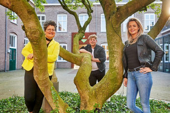Ellen Habraken (links), Stan van Hoof en Susan van Nunen hebben een nieuwe versie gemaakt van 'Stil in mij' van van Dik Hout: Het is stil in Zijtaart.