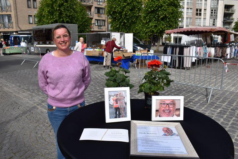 Schepen Puts aan het herdenkingstafeltje voor de overleden marktmeester Henk Roberts.