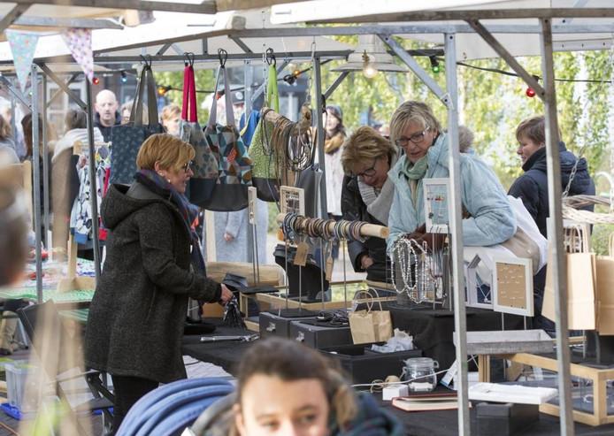 De Makersmarkt biedt (beginnende) ondernemers, maar ook muzikanten een offline podium om zich te laten zien. Producten als zelfgemaakte sieraden en tassen in beperkte oplages zorgen voor een exclusief tintje.